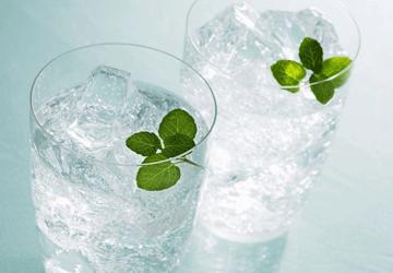 Dimagrire è facile come bere due bicchieri d'acqua prima dei pasti