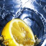 Benefici acqua e limone al mattino